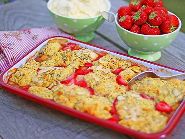 Rabarber- och jordgubbscobbler med mandelkräm