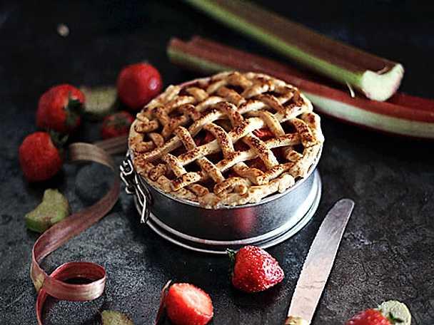 Rabarber- och jordgubbspaj