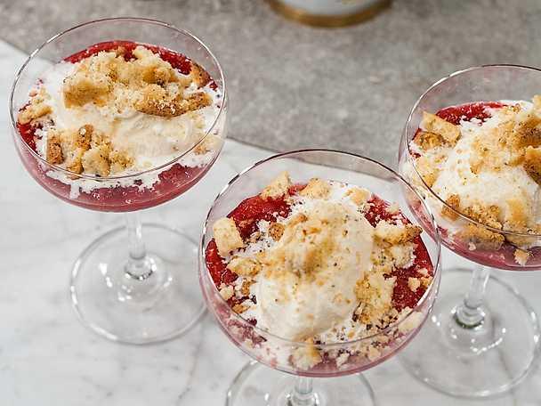 Rabarberkompott med vaniljglass och kaksmulor