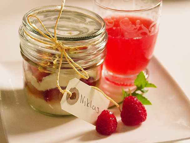 Rabarbersoppa och jordgubbstiramisu