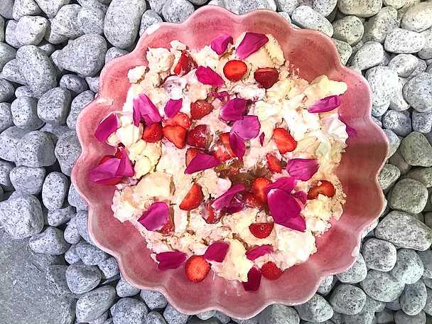 Rabarbersviss med jordgubbar och maränger