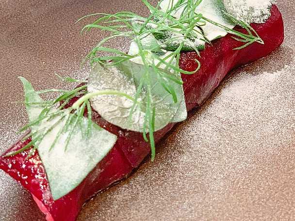 Råbiff med ostronmajonnäs, rödbeta, dill, krasse och torkad vinäger