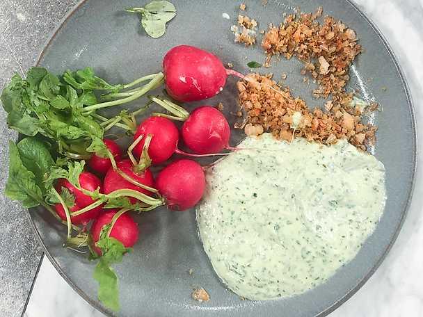 Rädisor med jalapenomajjo och krispiga räkor