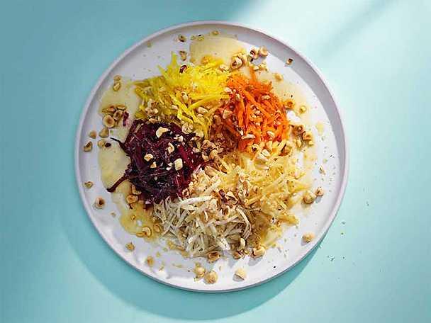 Råkostsallad med brynt smör, honung och hasselnötter