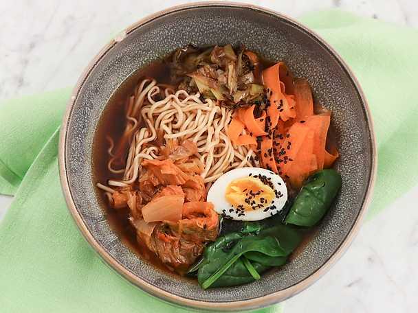 Ramen bowl med kimchi, ägg och spenat
