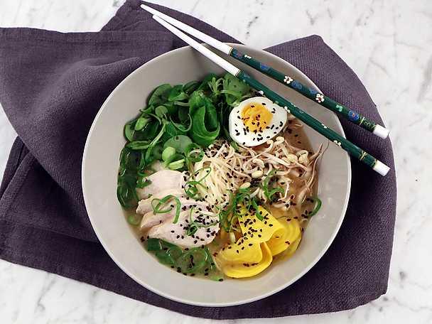 Ramen med kyckling, miso, gulbetor och salladslök