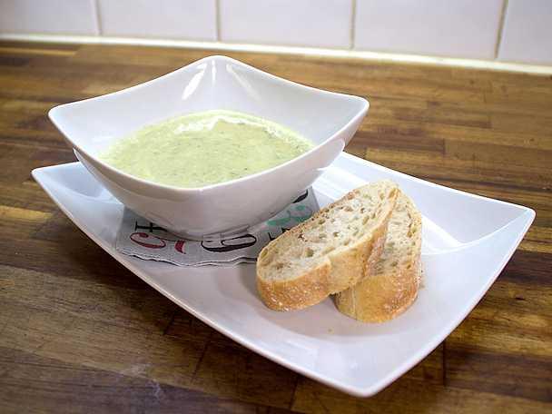 Ramslökssoppa, serveras med pesto och bröd