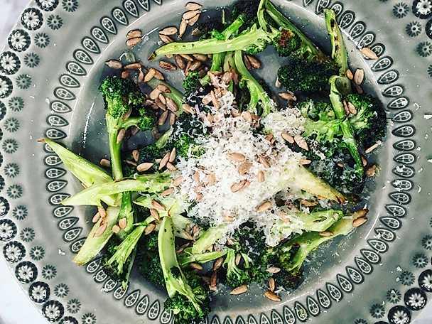 Råstekt broccoli med parmesanost, solroskärnor och olivolja