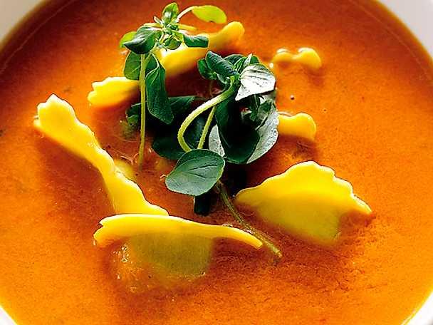 Ravioli i het tomatsoppa med oregano