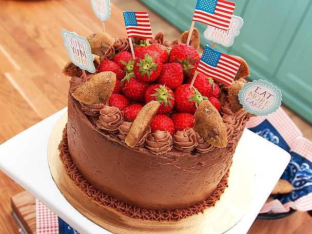Red velvet cake med mjölkchokladfrosting och chocolate chip cookies