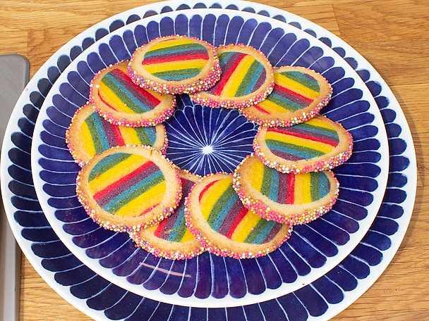 Regnbågsmönstrad småkaka