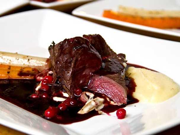 Renfilé med trattkantareller och svartvinbärssås
