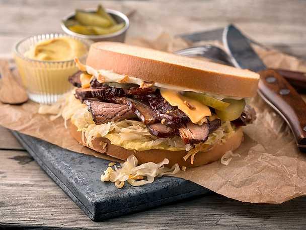 Reuben på bringa med Skogaholm, stekt surkål, senap och cheddarost