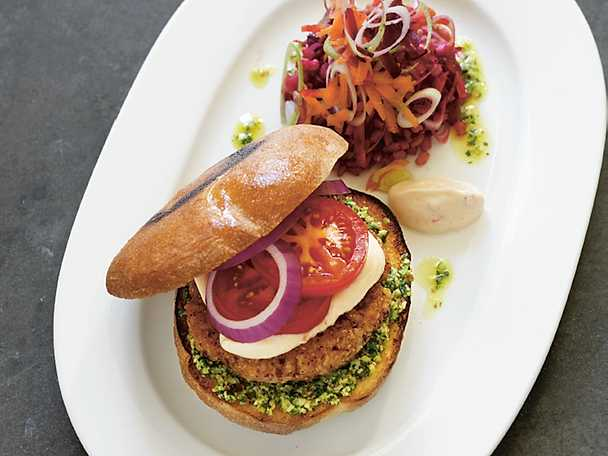 Rice 'n' beanburger med rödorange dinkelsallad och chilimajonnäs
