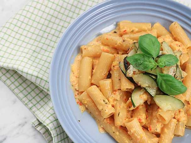 Rigatoni med krämig paprikasås och vitlöksfräst zucchini