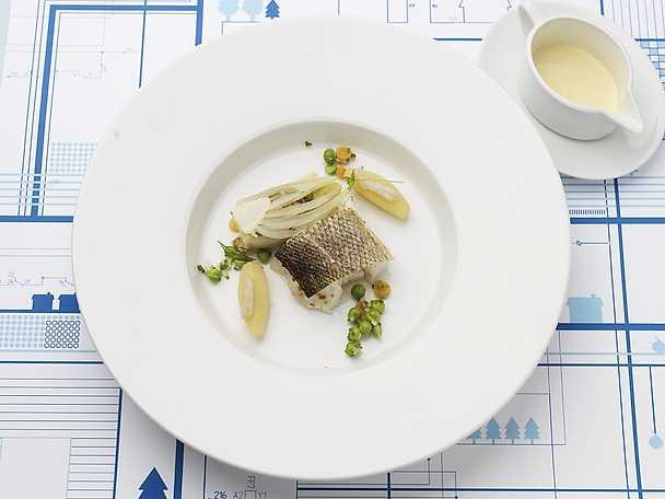 Rimmad, mjölkbakad sejrygg med mörkokt fänkålshjärta fylld med musslor och svensk choucroute