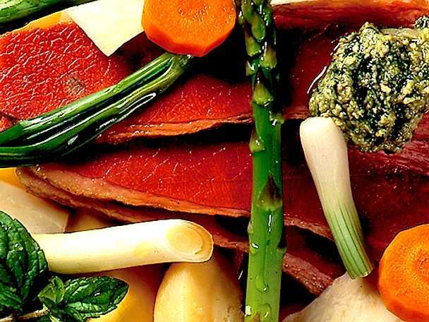 Rimmad oxbringa med pesto och grönsaker