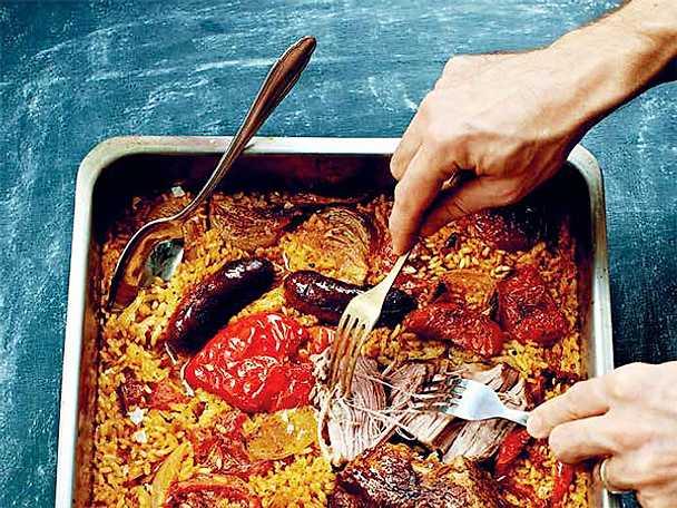 Ris i ugn med fläskkarré, chorizo, paprika och lök