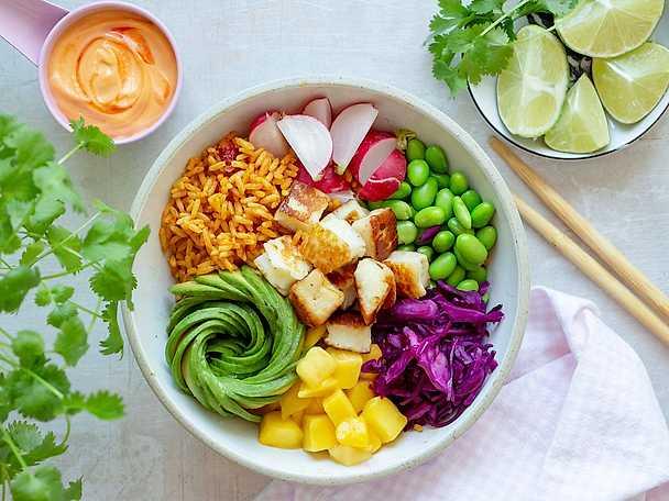 Risbowl med stekt halloumi och chilimajo
