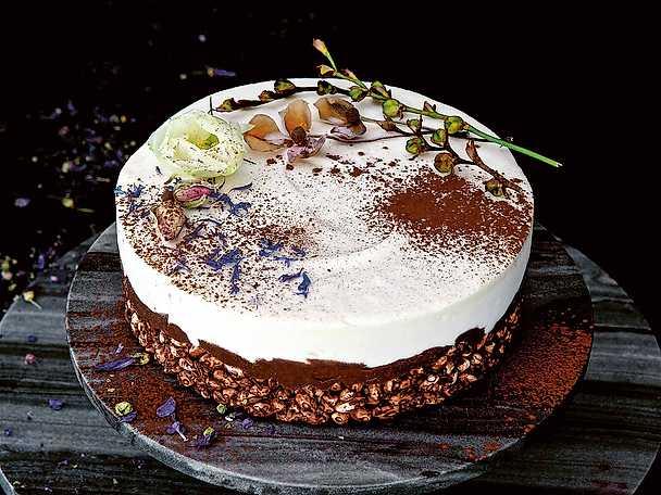 Rispuffstårta med choklad och punsch