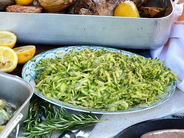 Riven zucchinisallad med silverlök och citron