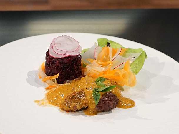 Röd curry med entrecote och svart ris