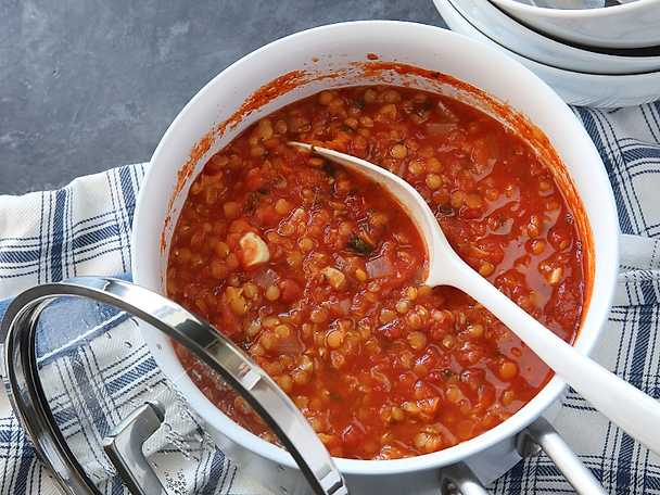 Röd linssoppa med basilika och vitlök