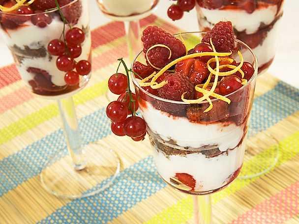 Röda sommarbär med citrusyoghurtcreme och smörstekta smulor