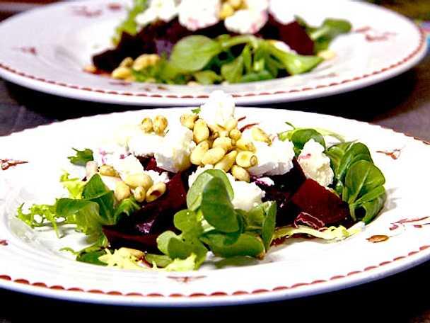 rödbetor chevre pinjenötter sallad