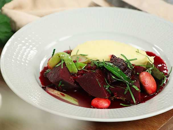 Rödbetsbourguignon med puré på mandelpotatis