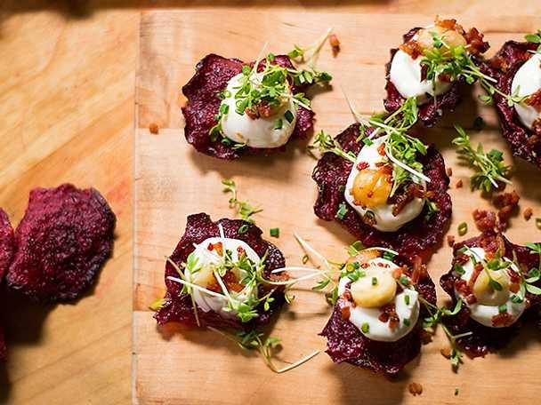 Rödbetschips med getostkräm, bacon och hasselnötter