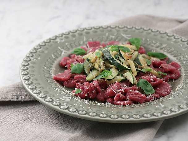 Rödbetsgnocchi med zucchini, salvia och basilika