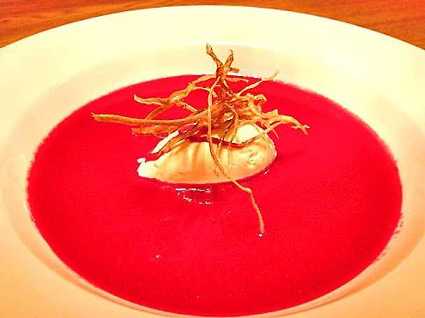 Rödbetsoppa med chèvrecreme samt friterade svartrötter