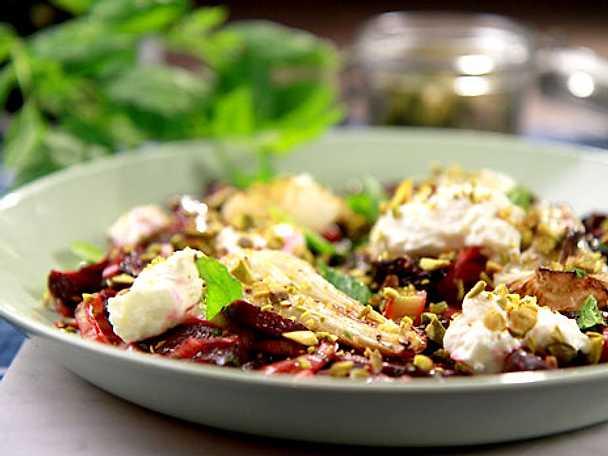 Rödbetssallad med fetaost och pistagenötter