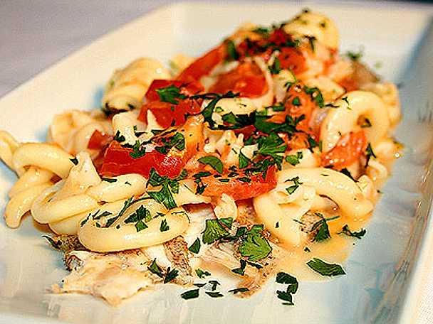 Rödtunga i tomat, vitt vin och pasta