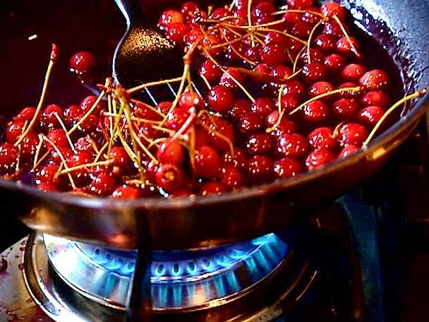Rödvinskokta körsbär med hemlagad glass
