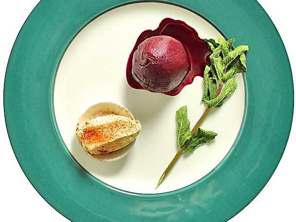 Rödvinsmarinerade päron med kanelglass