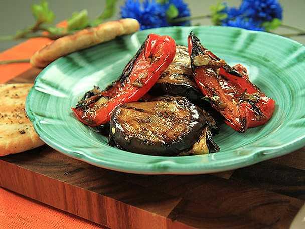 Rökig aubergine- och paprikasallad med mynta