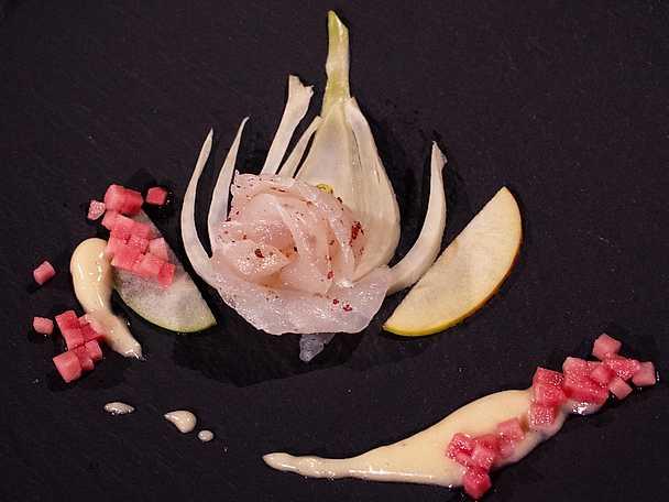 Rosépeppargravad hälleflundra med äppelkokt fänkål, äppelmajonnäs och inkokt fannyäpple