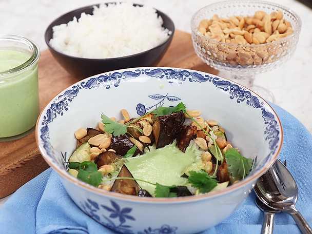 Rostad zucchini och aubergine med grön curry och jordnötter
