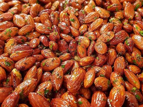 Rostade mandlar med rökt paprika och färska örter