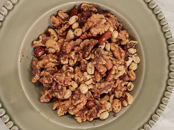 Rostade nötter med rosmarin och nejlika