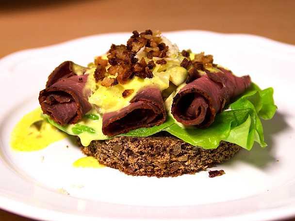 Rostbiff på smørrebrød på danskens vis