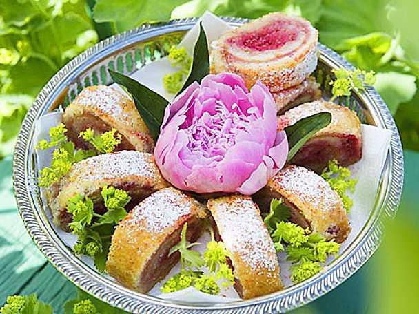 Rulltårta med rabarber- och hallonkompott