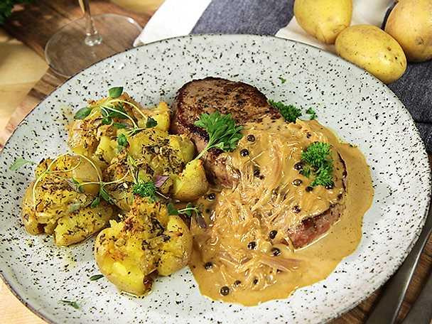 Ryggbiff med ugnsbakad potatis och grönpepparsås