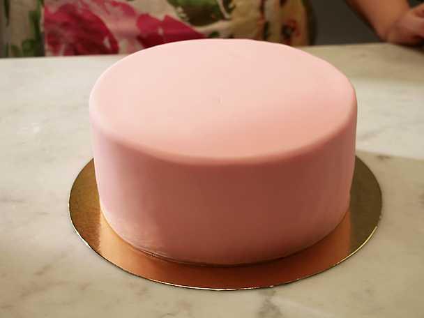 Så täcker du en tårta med sockerpasta
