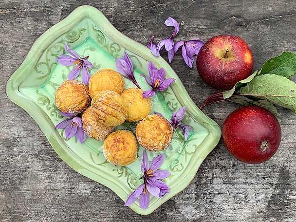 Saffransmunkar med äppelfyllning