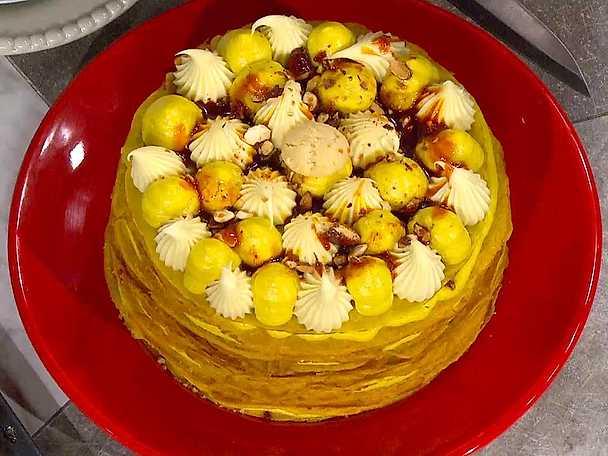 Saffranspancake cake med saffranskräm och krossade drömmar