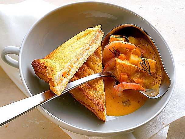Saffranssoppa med fisk och räkor