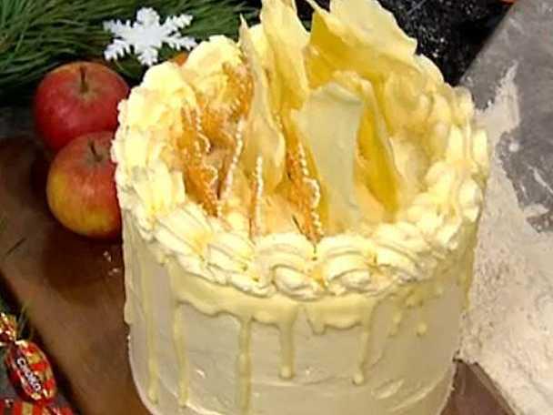 Saffranstårta med mandel- och vaniljmarängsmörkräm
